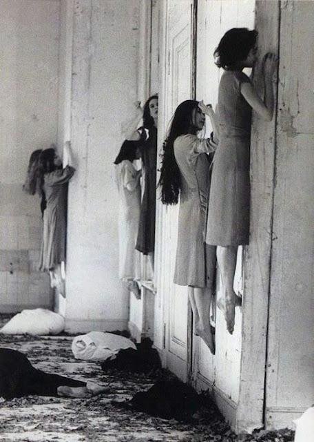 mujeres suspendidas tras una puerta