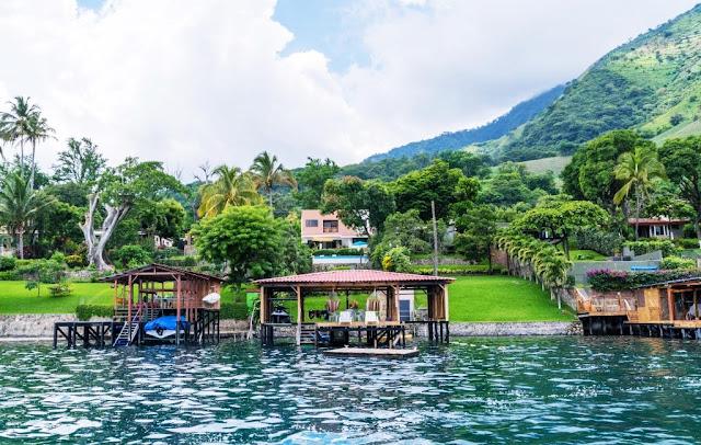 Coatepeque se encuentra a una altitud de 745 msnm. lago de aguas muy agradables, cuenta con un poco más de 35 restaurantes en las riveras de este y su número va en crecimiento, el lugar es sumamente ideal para la práctica del buceo, el velerismo, kayaking, natación, ski acuático etc