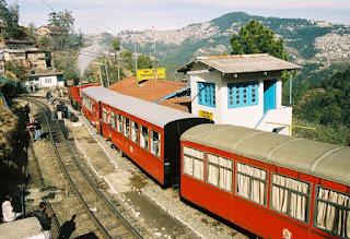 Kalka_shimla_train_at_taradevi_station
