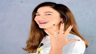 Gauhar Khan flaunts her engagement ring photo
