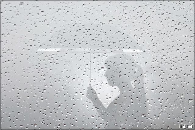 ảnh cô gái mang dù đi dưới trời mưa