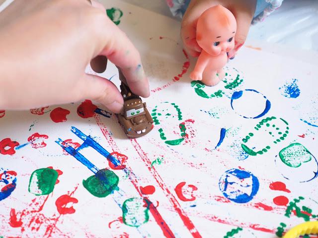 自己揀家中玩具和物件玩【親子 Messy Play Art】