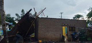 Hujan Deras Disertai Angin Kencang, Atap Rumah Warga Desa Sialang Beterbangan