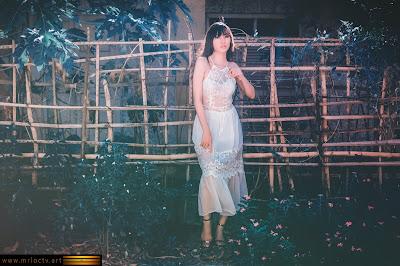 Thiếu nữ xinh đẹp trước sân nhà chăm hoa - Sexy Fashion - Model Thùy Miên