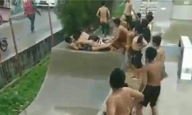 Bikin Ngakak! Anak-Anak Ini Nggak Punya Skateboard, Bokong Pun Jadi