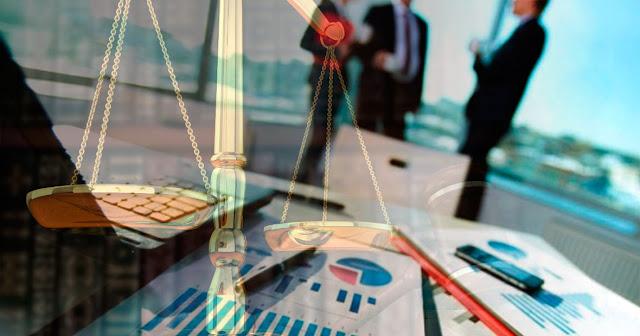 Imagen generica Empresa Vs Justicia balanza de la justicia sobre una imagen de actividad empresarial