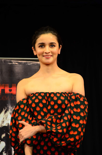 "Alia Bhatt Looks Super Sexy as She Visits ""Strut - The Dancemakers"" Dance Academy in Mumbai"
