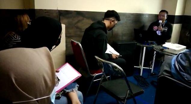 News Presenter PRFM News Bandung Berbagi Tips Siaran Talkshow di RBS