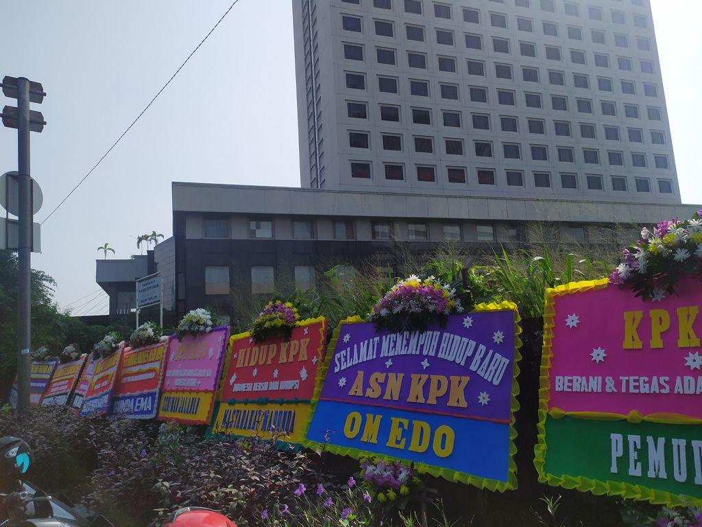 Karangan Bunga 'Selamat Hidup Baru ASN' dari TikTokers Banjiri Gedung KPK