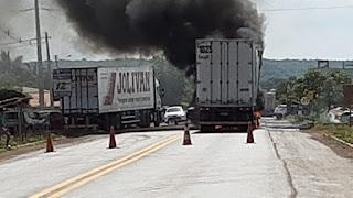 Caminhão pega fogo e interdita BR 343, em Altos