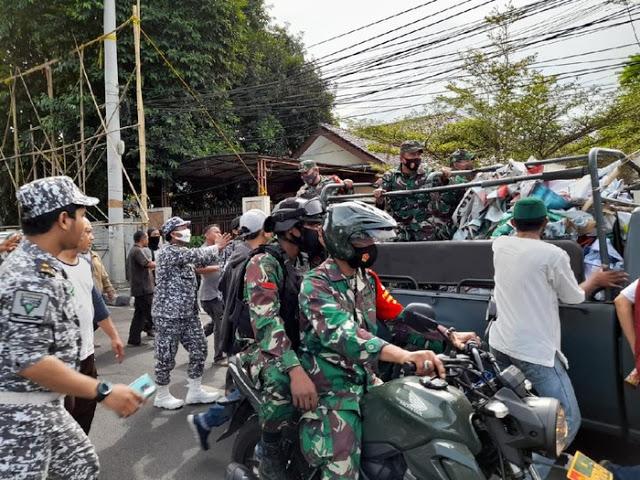 Prajurit TNI Copot Baliho HR5 di Petamburan, Sempat Dihalangi Laskar