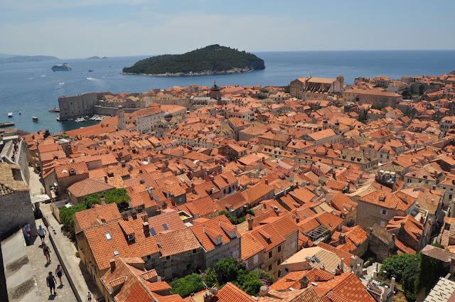 foto de Vista de los tejados de Dubrovnik desde la muralla, con la isla de Lokrum al fondo, que ver en Dubrovnik