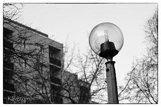 gömb alakú utcai lámpa fekete-fehérben Szegeden