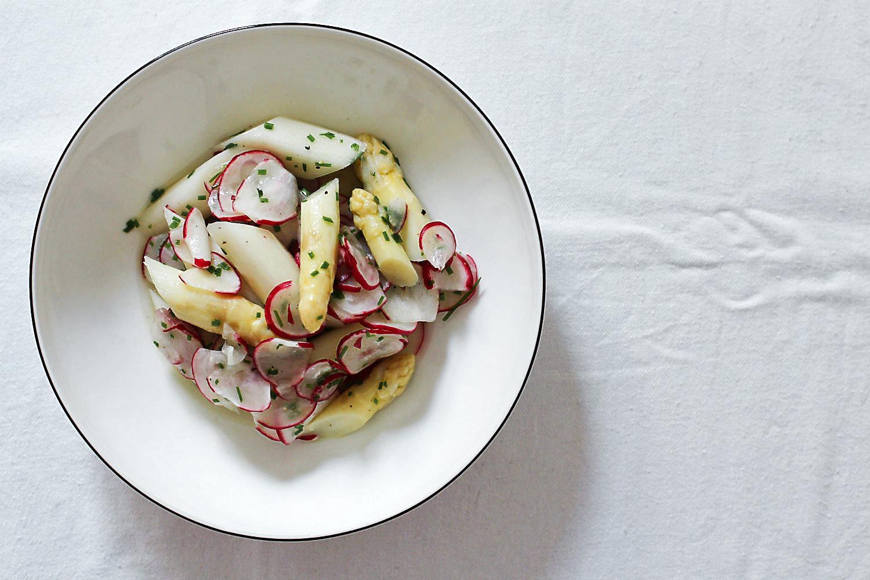 Spargel-Radieschen-Salat mit Nira (japanischer Schnitt-Knoblauch) | Arthurs Tochter kocht. Der Blog für Food, Wine, Travel & Love von Astrid Paul