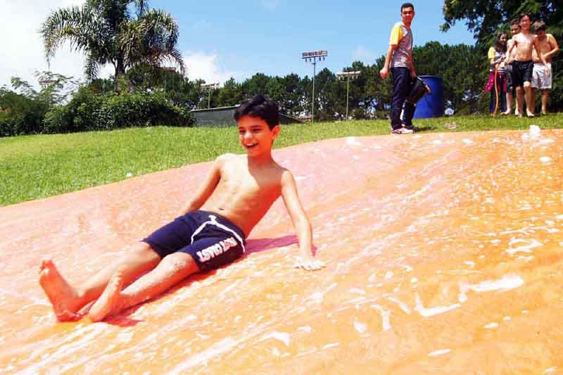 A garotada poderá participar de diversas atividades recreativas e  esportivas e usufruir de uma ampla área verde baba325467314