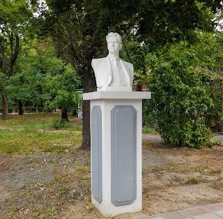 Мелітополь. Парк ім. Горького. Погруддя В. В. Маяковського
