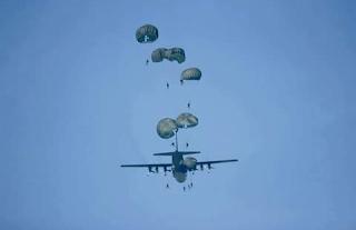 Pasukan Lintas Udara Brigif Para Raider 18 Kostrad Hiasi Langit Jombang