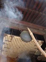 incenso brucia suggestivo all'interno del tempio