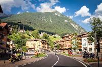 İtalya'daki Moena kasabasının bir görüntüsü