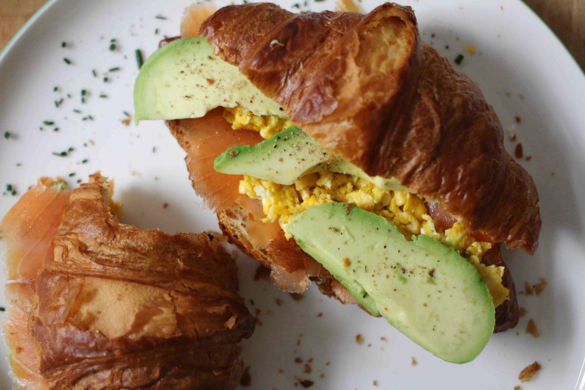 Frühstückscroissant mit Lachs und Avocado