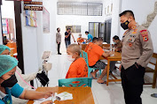 Kapolres Tana Toraja Meninjau Jalannya Vaksinasi Bagi 18 Tahanan Rutan