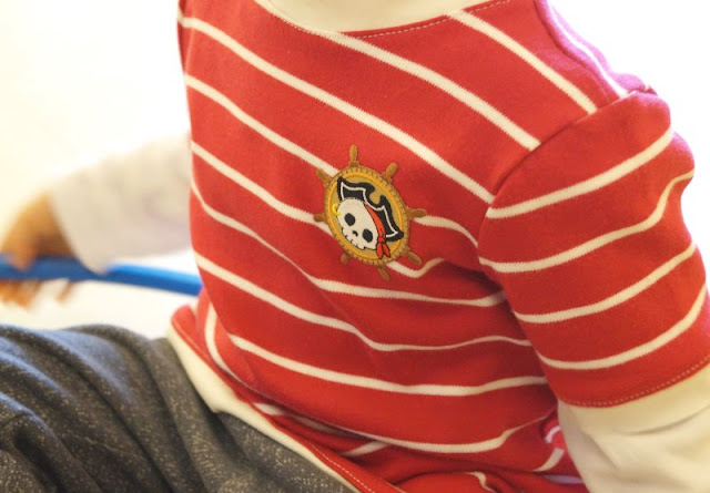 Lia Bach: Zauberhafte Festtagskleidung für Kinder. Rot-weißes Ringel-T-Shirt: Pirat sein geht immer!