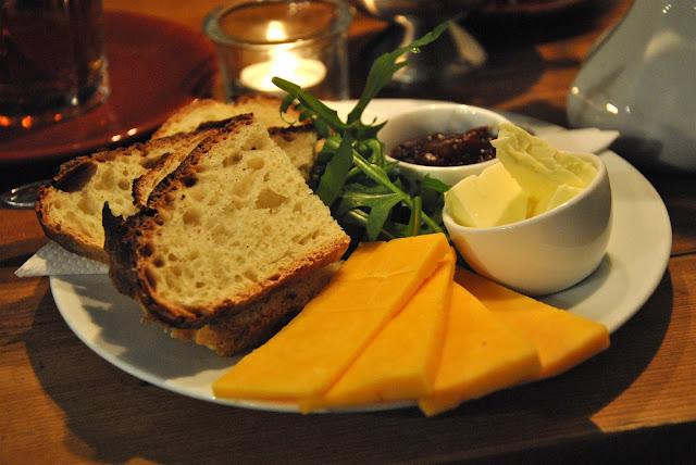 Katie's Blue Cat - Frisches Brot mit Cheddar