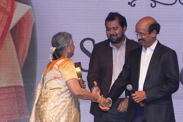 Sudha Murthy Receiving the Lifetime Achievement Awards at the Raymond Crossword Book Award 2018