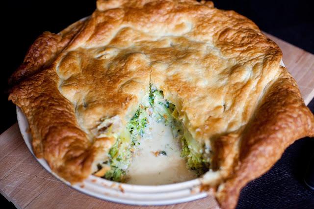 Placek z ciasta francuskiego z brokułami