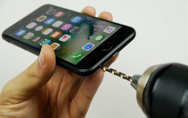 شاهد كيف حفر هذا اليوتوبز منفذ لسماعاته بأستعمال حفار كهربائي في هاتف أيفون 7 وهل هي فعلا ناجحة ؟!  , حفر أيفون 7 iphone , سماعات أيفون 7 اللاسلكية والسلكية iphone مشكلة عدم وجود منفذ للسماعات في ايفون 7 iphone  حفر منفذ للسمساعات تاشراس , iphone7 كل ماتود معرفته عن iphone7 تطبيقات برامد هواتف ايفون huhu حوحو للمعلوميات , بسام خربوطلي , عالم التقنيات