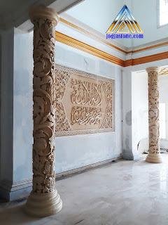 ukiran batu alam untuk tiang pilar, pemasangan untuk hiasan di ruang santai / ruang keluarga, lokasi di tegal jawa tengah.