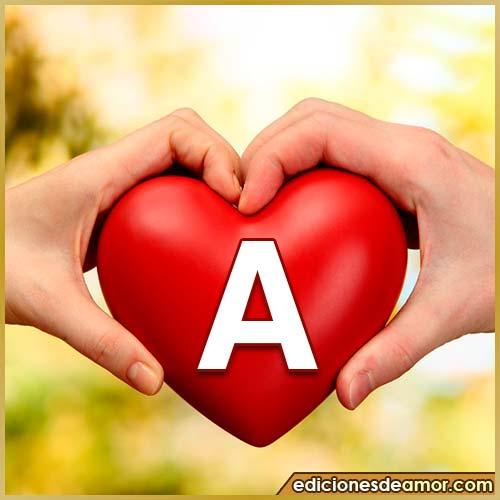 corazón entre manos con letra A