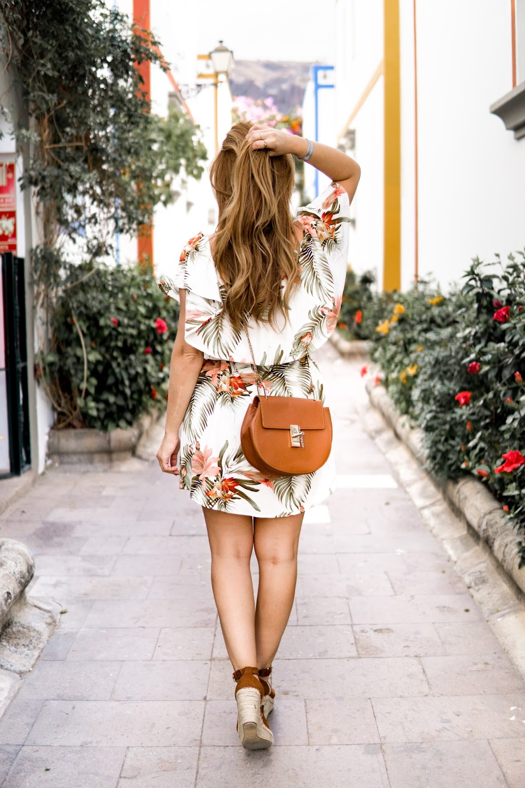 Chloe-lookalike-braune-ledertasche-sommerkleid-chloe-schuhe-bloggerstyle-sommerlook-gran-canaria-blumenprint-kleid-fashionstylebyjohohanna