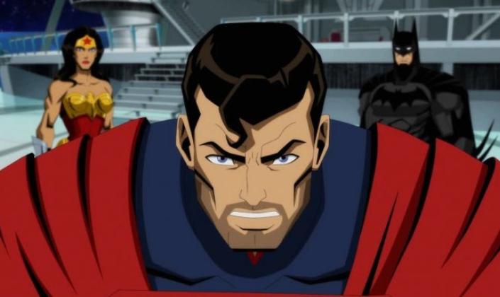 Imagem de capa: imagem oficial da animação de Injustice em que vemos o Superman com uma barba por fazer, os cabelos pretos, no seu uniforme azul e uma capa vermelha, ao lado, a Mulher-Maravilha com seu uniforme vermelho e com um bustiê em formato de águia dourada e uma tiara, e o Batman, com seu uniforme preto com um capuz de morcego, estão em um tipo de sala de reuniões.