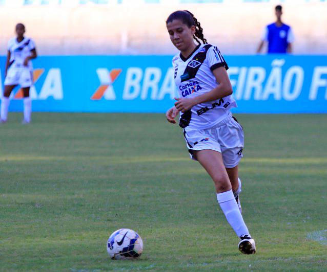 Atleta de futebol feminino do Mixto no conduzindo a bola no campeonato brasileiro patrocinado pela Caixa Economica Federal