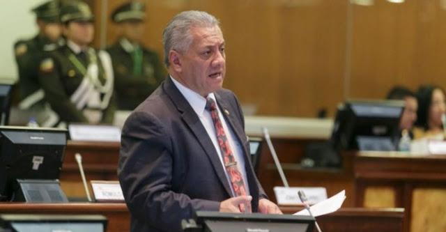 Fernando Flores demandado por falsificar firma