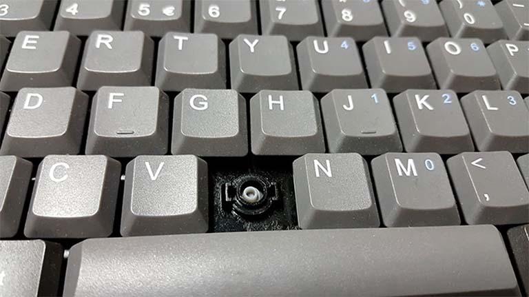 Cara Membersihkan Keyboard Komputer Anda Dengan Sanitizer