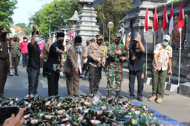 Jelang Idul Fitri 1442 H, Ribuan Botol Miras Dimusnahkan di Demak