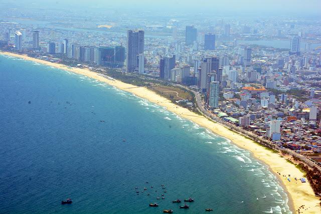Thành phố ven biển Đà Nẵng nhìn từ trên cao
