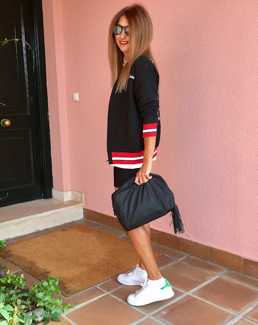 Look, streetstyle, Bomber, Collar, Sneakers, bolso de mano, Blog de Moda, lifestyle, Carmen Hummer Style