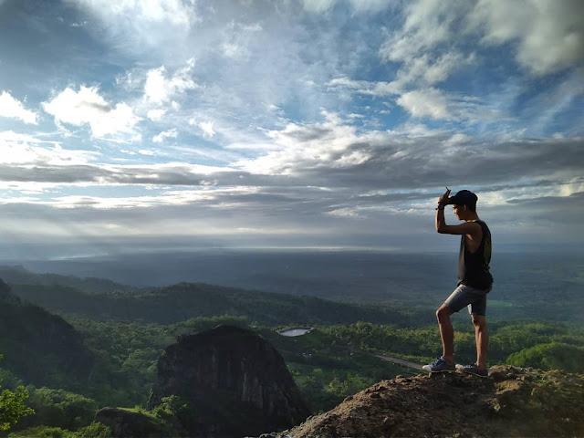 Melihat panorama Jogja dari puncak gunung api Purba