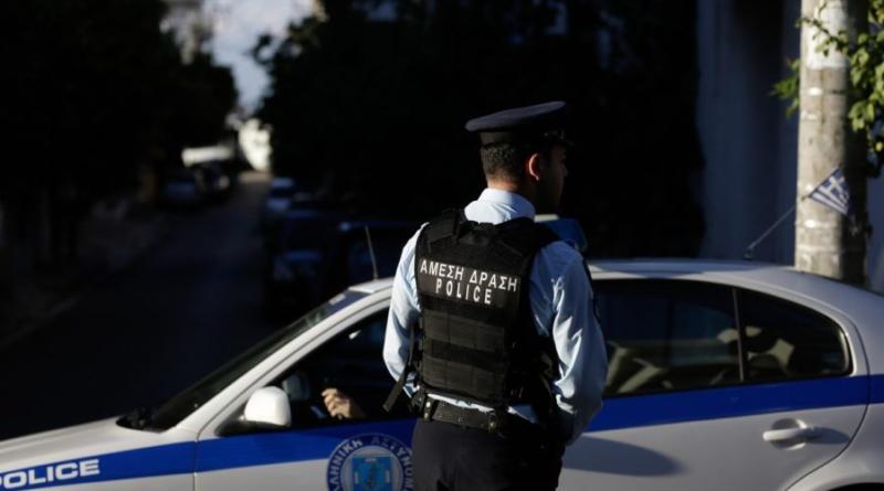 Έπιασαν κουβέντα σε αστυνομικό και του έκλεψαν το όπλο μέσα από περιπολικό!