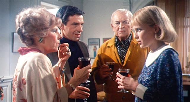 Minnie (Ruth Gordon) dan Roman Castevet (Sidney Blackmer) menjadi tetangga menyebalkan di film Rosemary's Baby (1968)