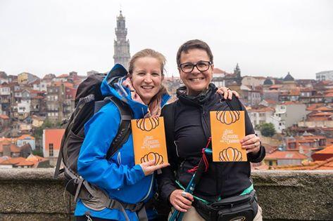 duas peregrinas de Santiago de Compostela na cidade do Porto