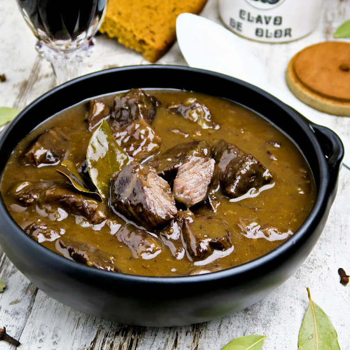 Luxe zuurvlees met rode wijn en Black Angus-sukadelappen