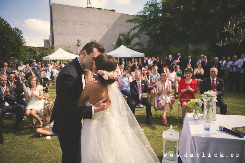 boda recién casados novios besandose