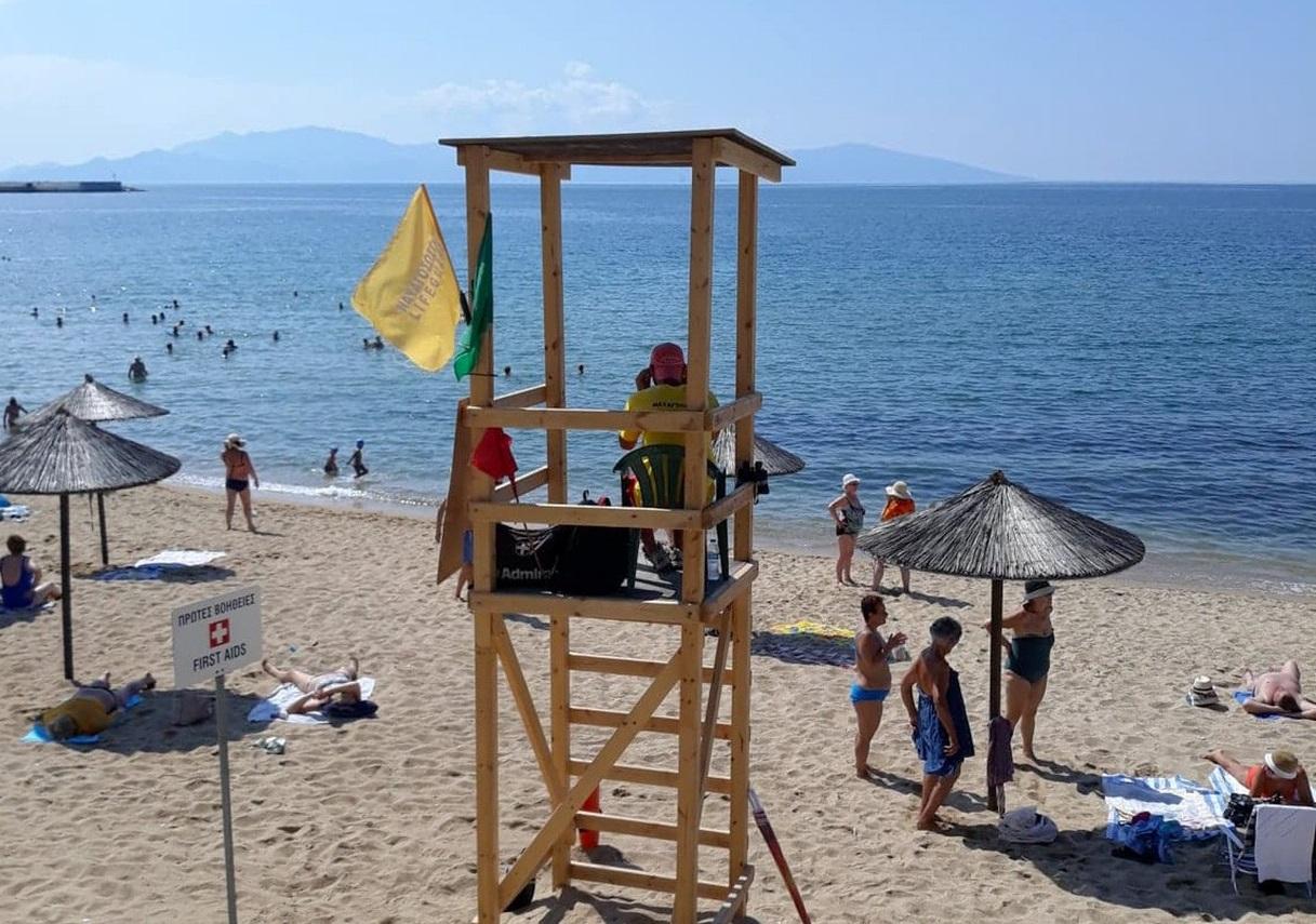 """Επί ποδός με το """"καλημέρα"""" οι ναυαγοσώστες σε παραλία της Καβάλας"""