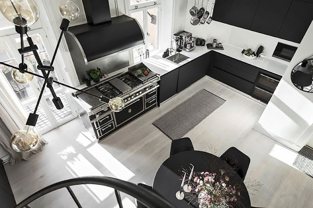 Amenajare în alb și negru într-un apartament pe două niveluri din Suedia