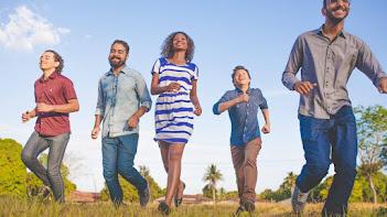 Chave para felicidade pode estar nas atividades com amigos, dizem especialistas
