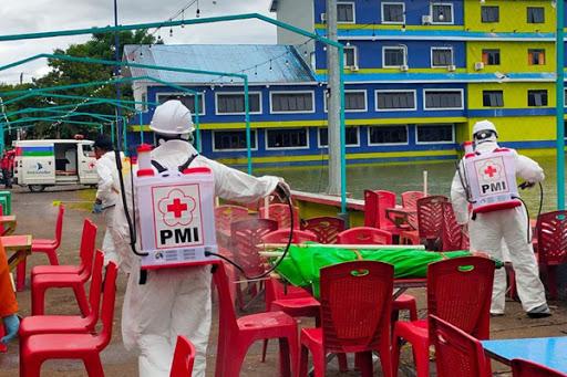 Cegah Pandemi Coronavirus: Tim PMI Maros Lakukan Penyemprotan Desinfektan di Ruang Publik